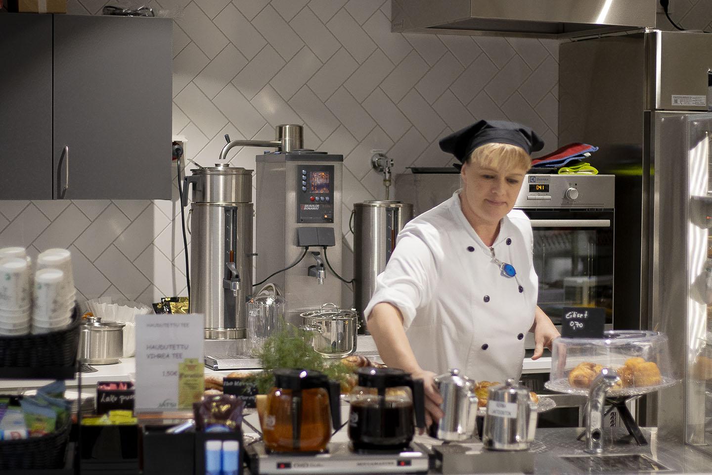 Jatsin ateriatyöjohtaja Anne Eklund työskentelemässä Silkkiuikun kahviossa