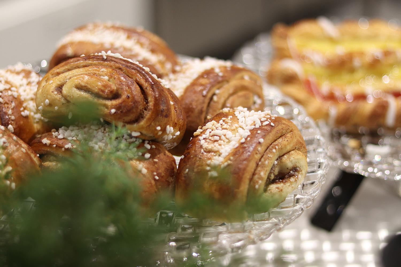 Kahvila-ravintola Silkkiuikun omassa uunissa paistettuja korvapuusteja