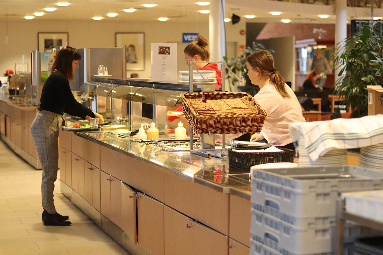 Opiskelijoita ottamassa ruokaa Järveenpään lukion ruokalassa