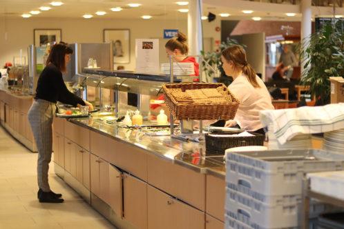Koululaisia annostelemassa ruokaa Järvenpään lukion ruokalassa