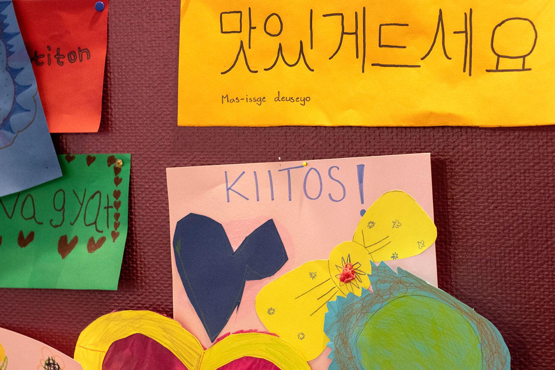 Lasten askartelemia kiitoskortteja ruokalan seinällä